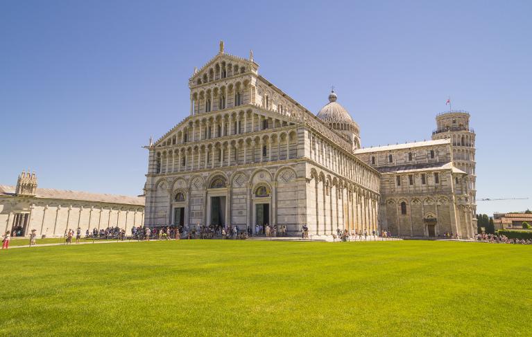Собор и Падающая башня на Площади чудес в Пизе