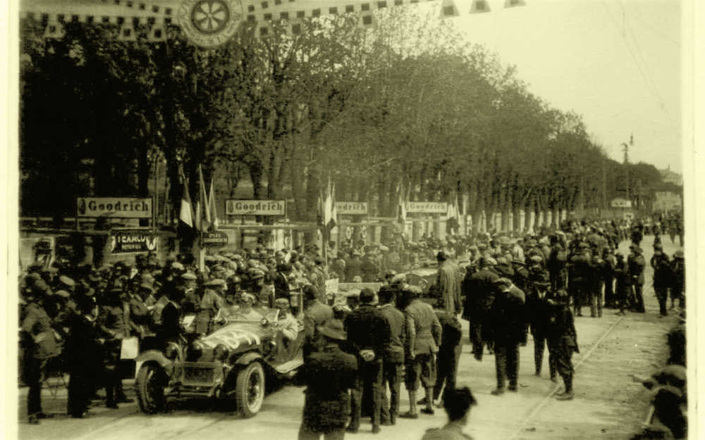 Nuvolari-Alfa-starting-in-Brescia-1930-courtesy-of-1000Miglia-1080x675