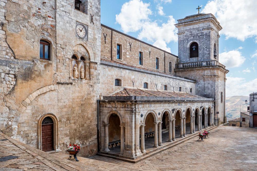Церковь Святых Апостолов Петра и Павла на главной площади города