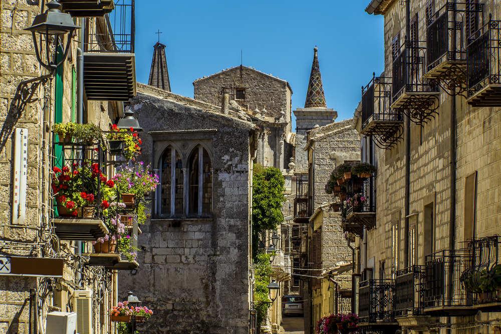 Улицы города и, конечно же, балконы с цветочными горшками