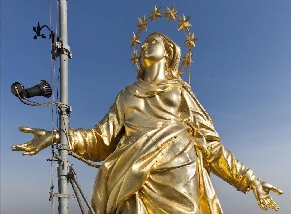 Статуя Мадонны (Мадоннина) на шпиле дуомо в Милане © Mario BertaBattiloro SRL